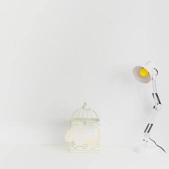 Witte werkruimte om zonder nadenken te creëren