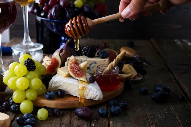 Witte wijn, druivenmost, brood, honing en kaas