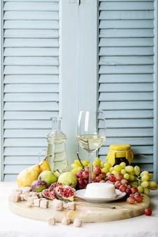 Witte wijn in een glas geserveerd met vers fruit