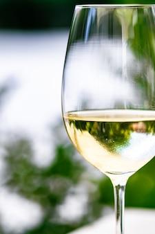 Witte wijn in luxe restaurant op zomertuinterras wijnproeverij bij wijnmakerij in het vi...