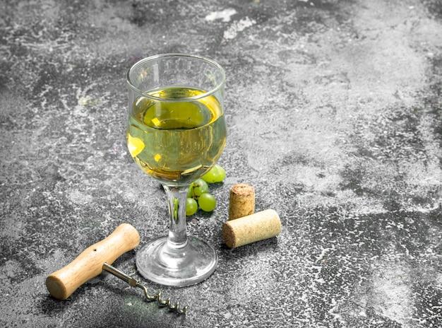 Witte wijn van groene verse druiven.