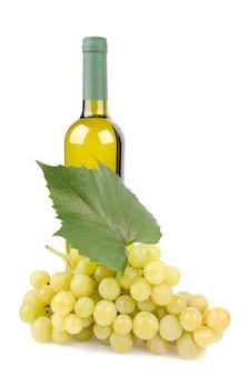 Witte wijnfles en druiven die op wit worden geïsoleerd
