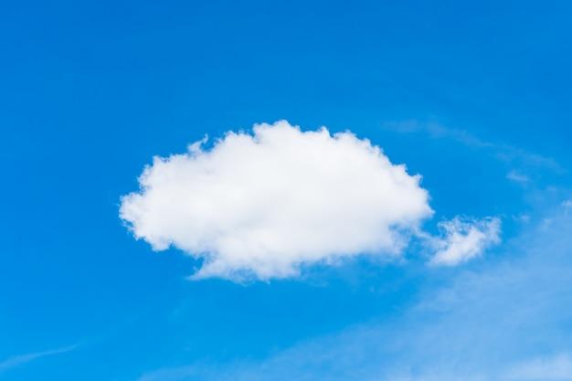 Witte wolk op blauwe hemel