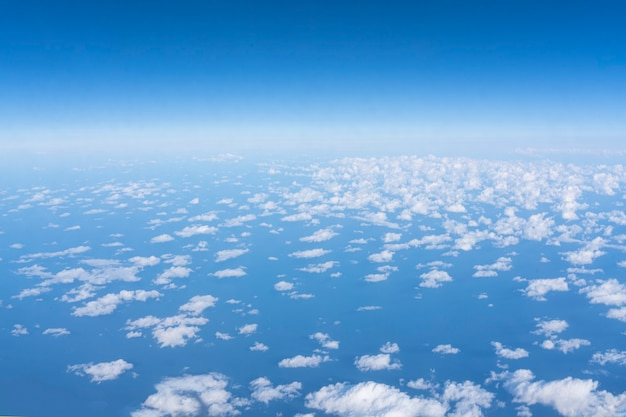 Witte wolk op blauwe lucht