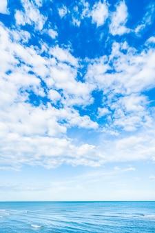Witte wolk op de blauwe hemel en de zee