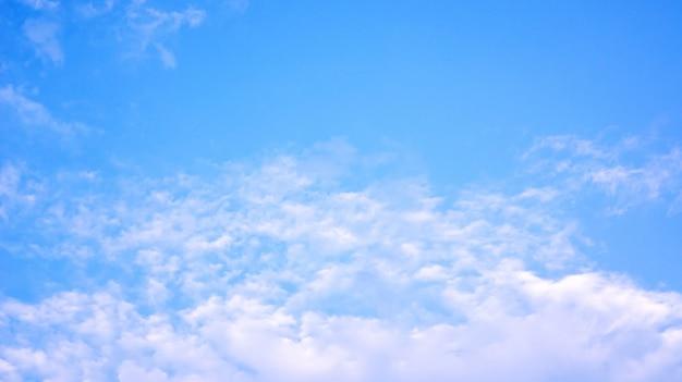 Witte wolk op een blauwe hemel voor een achtergrond.