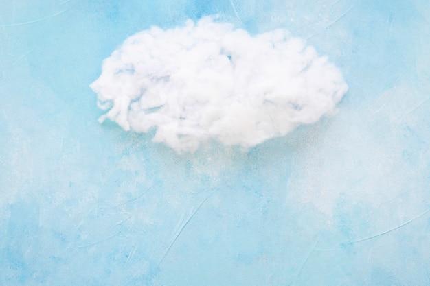 Witte wolk tegen blauwe achtergrond
