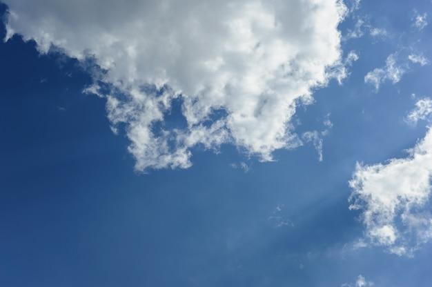 Witte wolken aan de blauwe hemel.