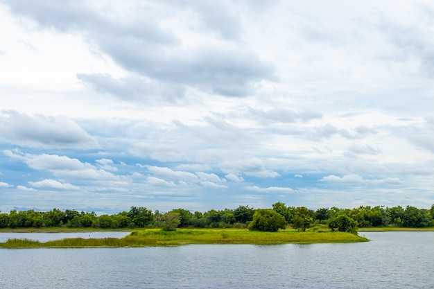 Witte wolken en lucht boven het reservoir