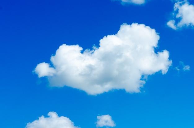Witte wolken in de blauwe lucht. foto in de zonnige dag.