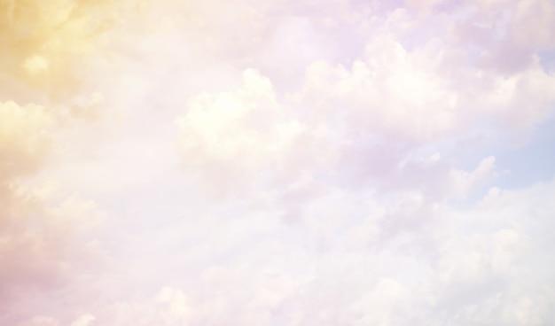 Witte wolken in een blauwe lucht kleur zonsondergang zomer