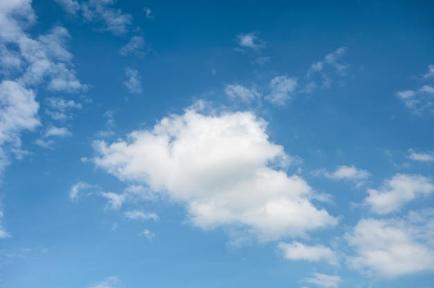 Witte wolken met blauwe hemelachtergrond