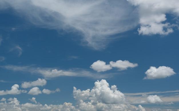 Witte wolken met een blauwe lucht