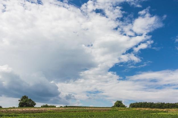 Witte wolken op blauwe hemel bij zonnig weather_