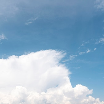 Witte wolken op een blauwe hemel