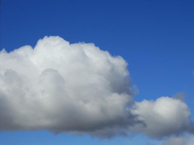 Witte wolken over de zomerhemel