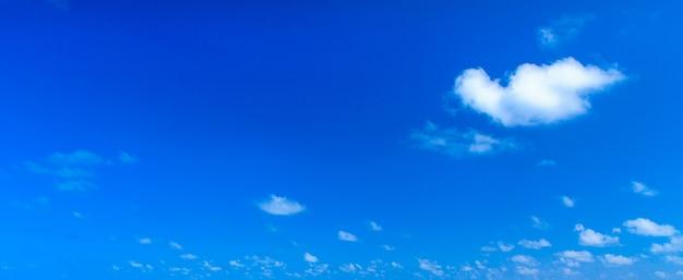Witte wolken tegen blauwe hemel