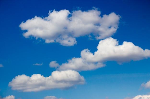 Witte wolken tegen blauwe hemelachtergrond.