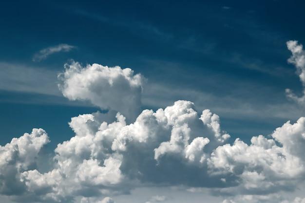 Witte wolken tegen een blauwe hemel