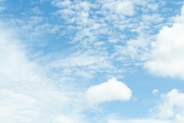 Witte zachte wolkentextuur op blauwe hemelachtergrond
