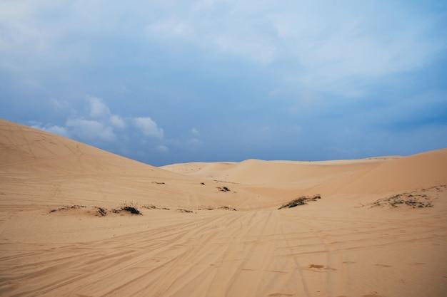 Witte zandduinen muine in vietnam in de zomer