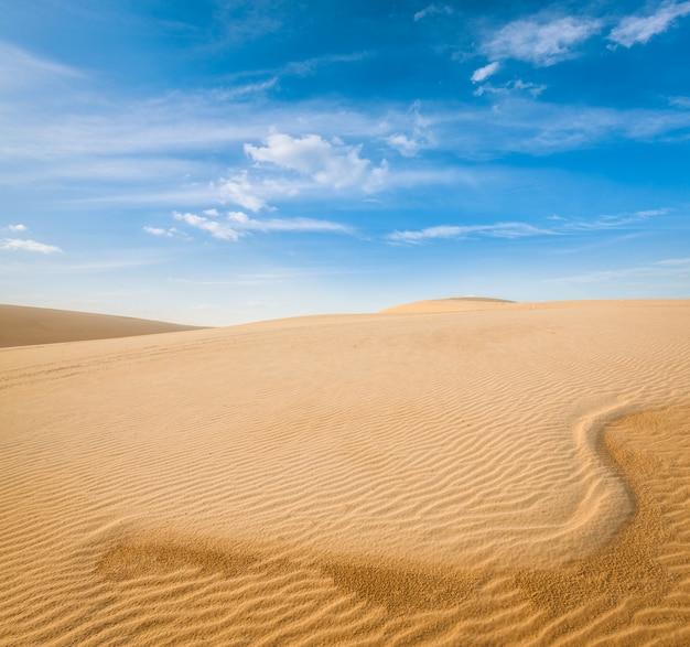 Witte zandduinen op zonsopgang, mui ne, vietnam