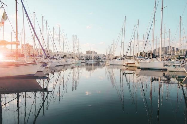 Witte zeilboot in water overdag