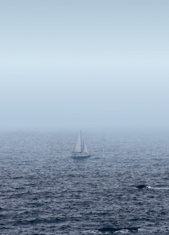 Witte zeilboot op de zee