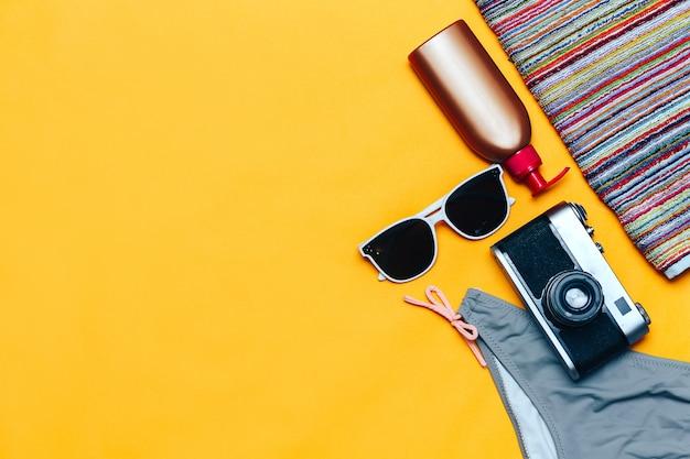 Witte zonnebril en zwempak