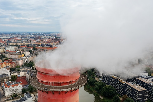 Wkk-schoorstenen over de stad wroclaw, ecologie in de stad. polen