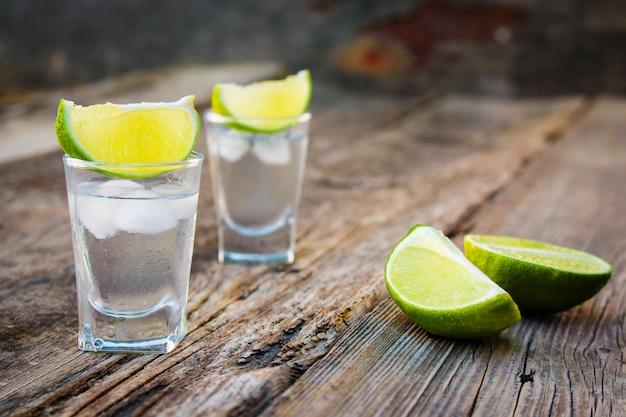 Wodka en limoen plakjes
