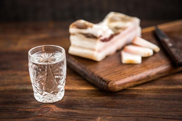 Wodka en zout varkensvet op donkere houten