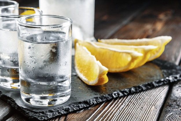Wodka in geschotene glazen op rustieke houten achtergrond