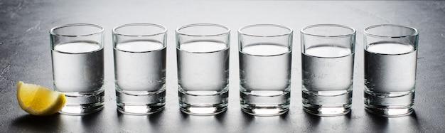 Wodka in glazen glazen. stukje citroen.