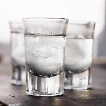 Wodka met ijs in glazen