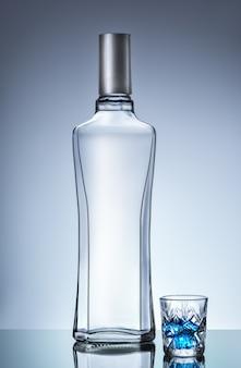 Wodkafles en kort glas