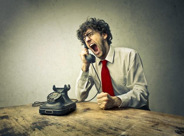 Woede man op telefoon