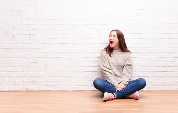 Woedend schreeuwen, agressief schreeuwen, gestrest en boos kijken