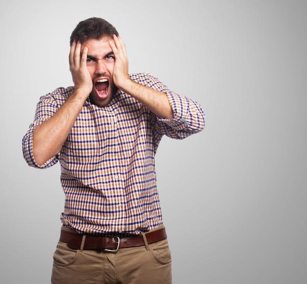 Woedend schreeuwende man