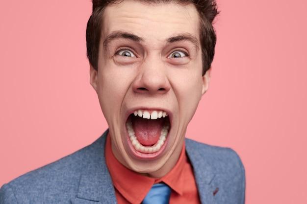 Woedende jonge zakenman luid schreeuwend