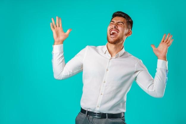 Woedende spaanse man in woede portret