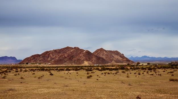 Woestijn en bergenwolken over de zuidwestelijke woestijn van de vs new mexico