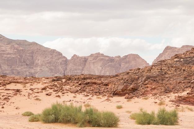 Woestijn, rode bergen, rotsen en bewolkte hemel. egypte, kleurencanion.