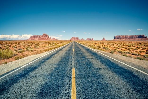 Woestijn snelweg die leidt naar monument valley, utah, usa