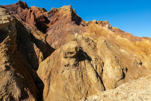 Woestijnachtige zanderige en dorre berghelling als gevolg van mijnbouwactiviteit, ideaal voor texturen