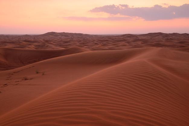 Woestijnen en zandduinen landschap bij zonsondergang op hatta, dubai, verenigde arabische emiraten