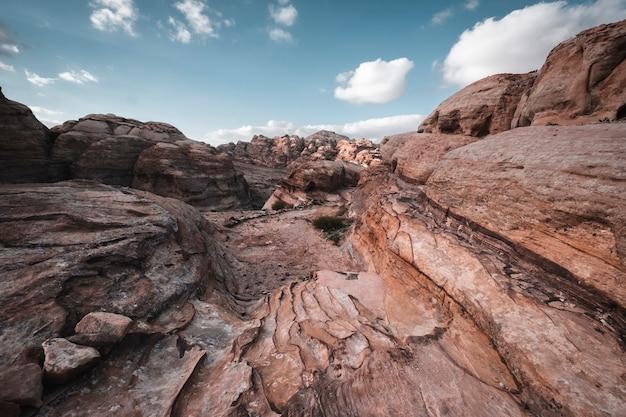 Woestijnkliffen van lichte kalksteen in de buurt van de stad wadi musa in het petra national park in jordanië