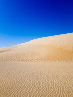 Woestijnzand en blauwe hemel in saudi-arabië