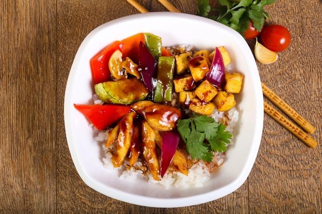 Wok met rijst, kaas en tofu