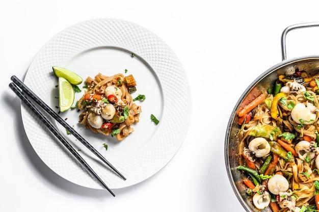 Wok met roerbak udon-noedels, zeevruchten en groenten